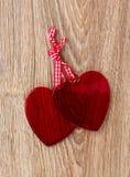 Två inbundna hjärtor arkivfoton
