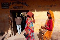 Två indiska kvinnor, i utomhus- sarisamtal Fotografering för Bildbyråer
