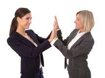 Två isolerad handskakning för danande för affärskvinna royaltyfria foton