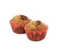 Två isolerade muffin för pecannötmutter Royaltyfri Bild