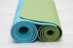 Två iyengar mats gräsplan för yoga och blåttfärger Royaltyfria Foton