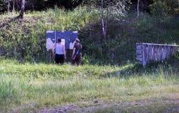 Två jägare ser målen arkivfoto