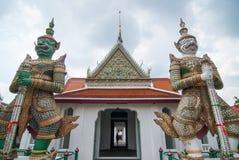 Två jätte- förmyndare av Wat Arun Arkivbilder