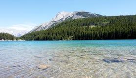 Två Jack Lake i den Banff nationalparken Arkivfoto