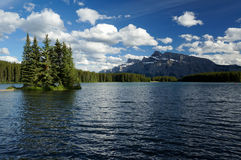 Två Jack Lake i den Banff nationalparken Royaltyfri Bild