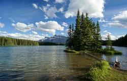 Två Jack Lake i den Banff nationalparken Arkivbild