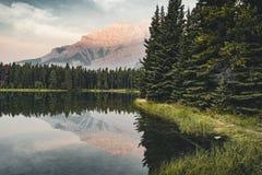 Två Jack Lake med bergreflexioner längs tvåna Jack Lake Fotografering för Bildbyråer