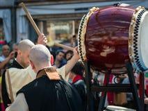 Två japan Taiko Drummers under traditionell show royaltyfria bilder