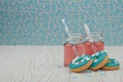 Två jars med rosa lemonade Arkivbilder