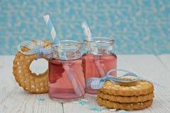 Två jars med rosa lemonade Arkivbild
