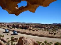 Två jeepar i lavafält Arkivfoto