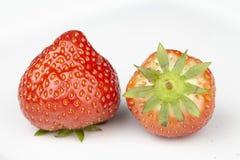 Två jordgubbar på en platta Arkivbilder
