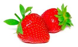 Två jordgubbar stänger sig upp på vit bakgrund royaltyfri bild