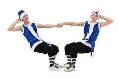 Två julmän i blåa santa beklär dans mot isolerad vit oavkortad längd Arkivbild