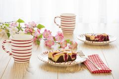 Två körsbärsröda pajer med kaffe Royaltyfria Foton
