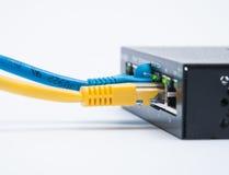 Två kablar förbindelse till routeren Arkivbilder