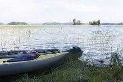 Två kajaker på banken av Vuoksa sjön Royaltyfri Bild