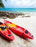 Två kajaker på stranden Arkivbilder