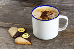 Två kakor och en kopp kaffe arkivbilder