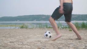 Två kal-chested män som spelar fotbollkonkurrens mellan folk lager videofilmer