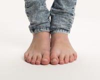 Två kala fot som står på golvet Royaltyfri Foto