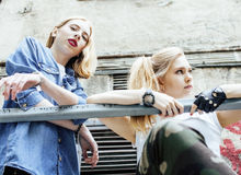 Två kalla blonda verkliga flickavänner som gör selfie på taköverkanten, lif Fotografering för Bildbyråer