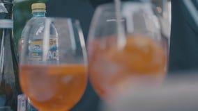 Två kalla dricka exponeringsglas för elegans med nya frukter Ram Närbild av sommaralkoholcoctails lager videofilmer