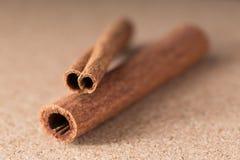 Två kanelbruna pinnar på corkwoodbakgrund. Royaltyfria Foton