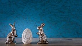 Två kaniner med ett easter ägg arkivbild