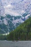 Två kanoter i sjön nära bergen, Dolomites, Italien Arkivbilder