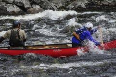 Två kanotister som paddlar på Hudson River Competing In The Huds arkivfoton