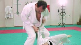 Två karatespelare konkurrerar i cirkeln 4k lager videofilmer