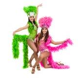 Två karnevaldansarekvinnor som dansar mot isolerad vit bakgrund Fotografering för Bildbyråer
