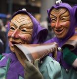 Två karnevalgoers som bär trämaskeringar Arkivfoton