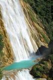 Två kaskader av vattenfall för El Chiflong med turkos slår samman betwee arkivbilder