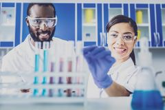 Två kemister som bär genomskinliga exponeringsglas Fotografering för Bildbyråer
