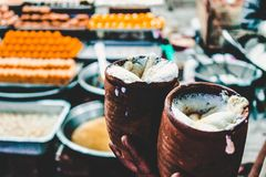 Två keramiska som fylls med Lasse, en traditionell indisk yoghurtdrink arkivfoto
