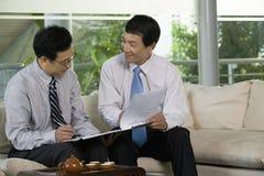 Två kinesiska affärsmän i ett möte royaltyfria bilder