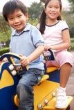 Två kinesiska barn som leker i lekplats Royaltyfri Foto