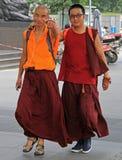 Två kinesiska munkar går vid gator i Chengdu Arkivfoton