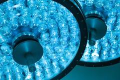 Två kirurgiska lampor i tagande för operationrum med blått filtrerar arkivfoton