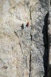 Två klättrare på den farliga alpinistrutten royaltyfri bild