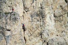 Två klättrare på den farliga alpinistrutten arkivbilder
