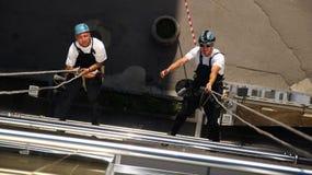 Två klättrare som arbetar på höjder Arkivfoton