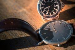 Två klassiska armbandsur på trä arkivbild