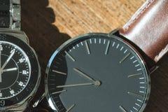 Två klassiska armbandsur på trä arkivfoto