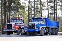 Två klassiska konventionella Volvo N12 lastbilar Royaltyfri Foto