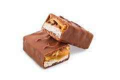 Två klippta halvor av chokladstången som isoleras på vit Arkivfoton