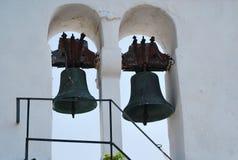 Två klockor på det kyrkliga tornet i Korfu, Grekland Arkivbilder