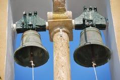 Två klockor på det kyrkliga tornet i Korfu, Grekland Arkivfoton